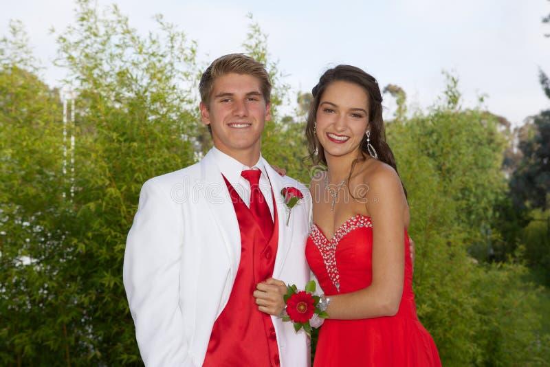 Счастливые подростковые пары идя к выпускному вечеру стоковая фотография rf