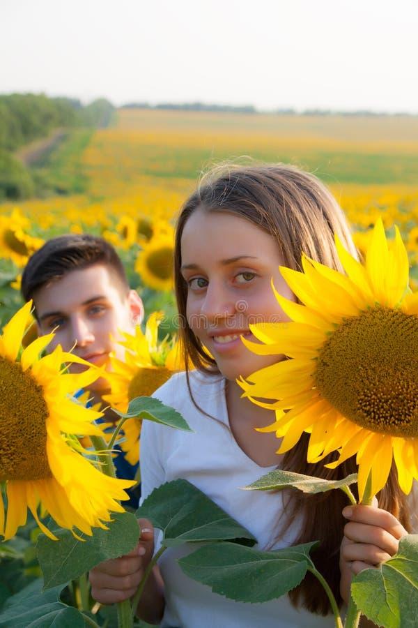 Счастливые предназначенные для подростков пары имея потеху стоковое изображение rf