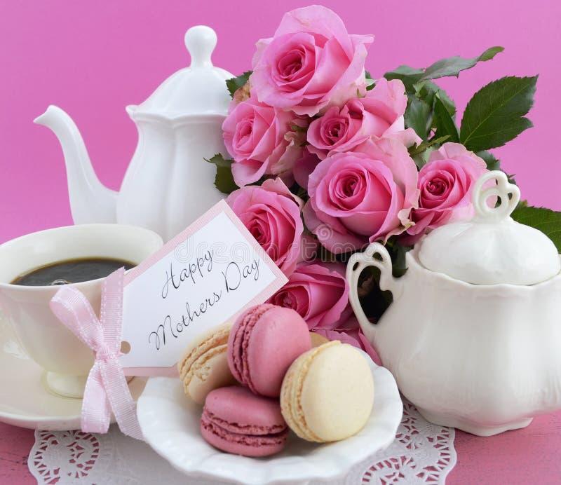 Счастливые розы пинка дня матерей и установка чая стоковые изображения