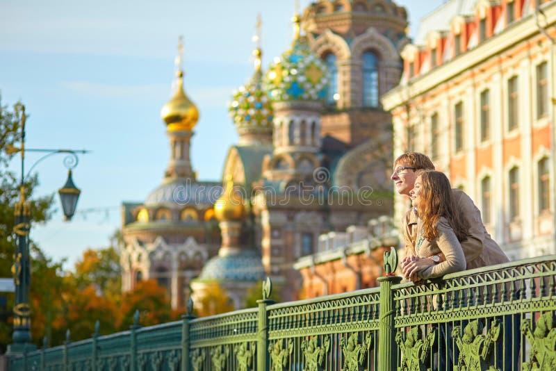 Счастливые романтичные пары совместно в Санкт-Петербурге стоковая фотография