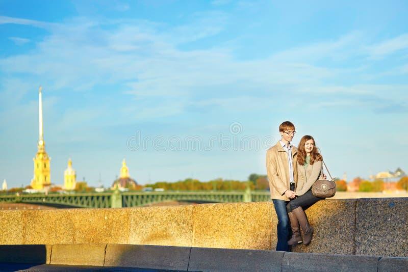 Счастливые романтичные пары совместно в Санкт-Петербурге стоковое изображение
