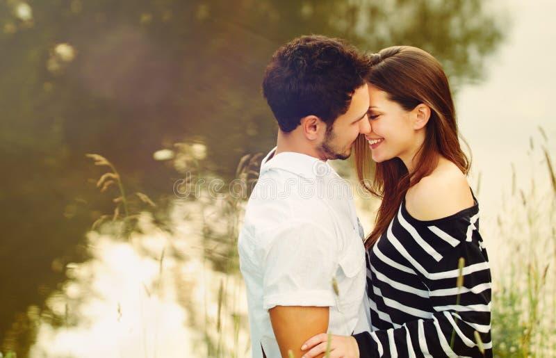 Счастливые романтичные чувственные пары в влюбленности совместно на vacatio лета стоковая фотография rf