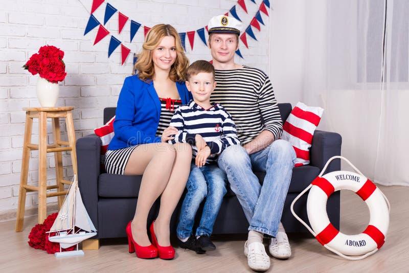 Счастливые родители и маленький сын в украшенной живущей комнате дома стоковое фото rf