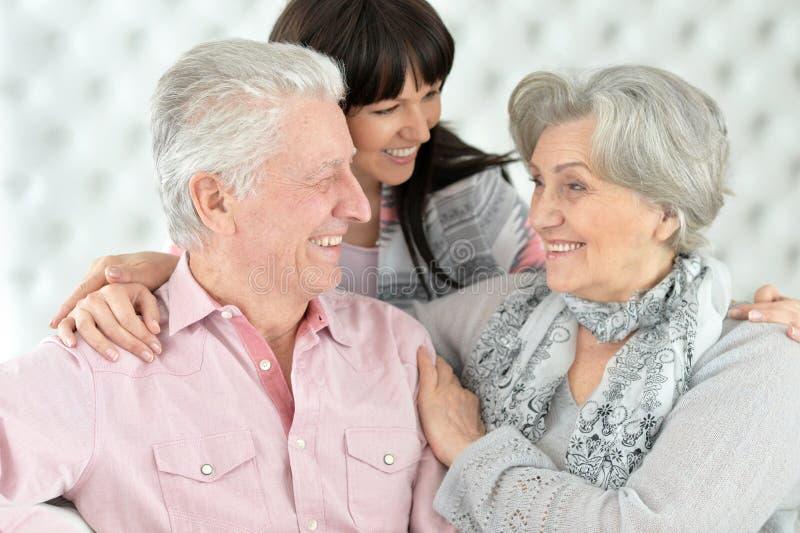 Счастливые родители с взрослой дочерью стоковое изображение rf