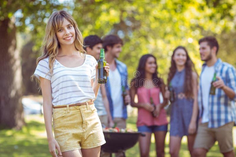 Счастливые друзья в парке имея барбекю стоковые фотографии rf