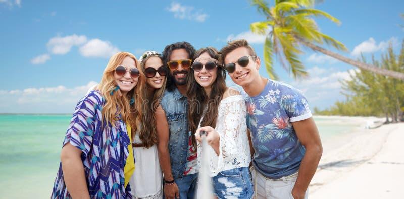 Счастливые друзья hippie с selfie вставляют на пляже стоковые фотографии rf