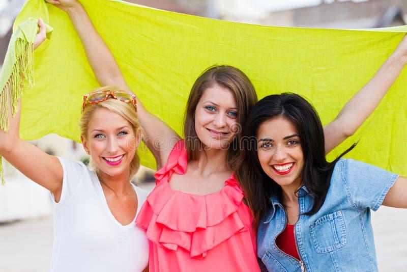 Счастливые 3 друз стоковые фотографии rf