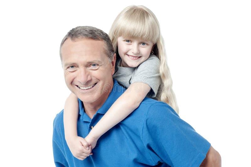 Счастливые семья, отец и маленькая девочка стоковое изображение rf
