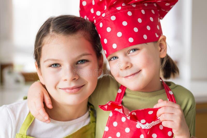 Счастливые сестры варя совместно стоковые изображения