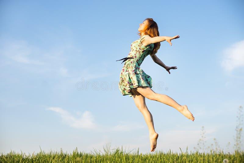 Download счастливые скача детеныши женщины Стоковое Изображение - изображение насчитывающей актиния, жизнь: 40577153