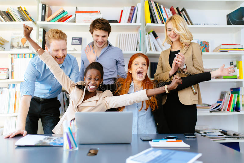 Счастливые сотрудники дела празднуя стоковое изображение