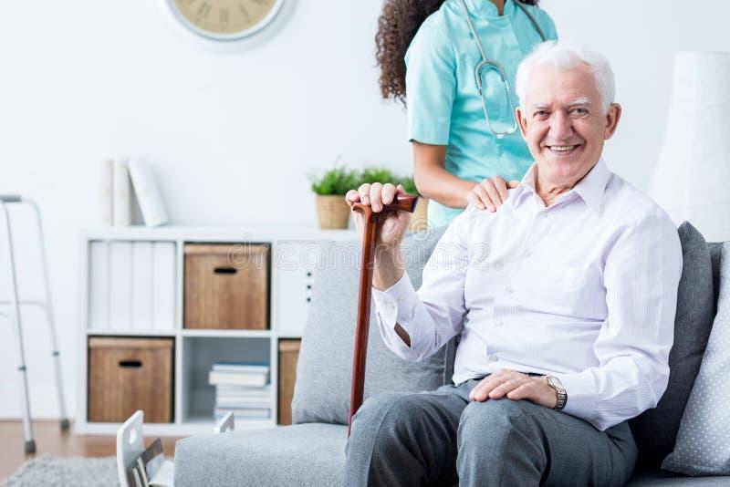 Счастливые старшие неработающие человек и попечитель стоковые фотографии rf
