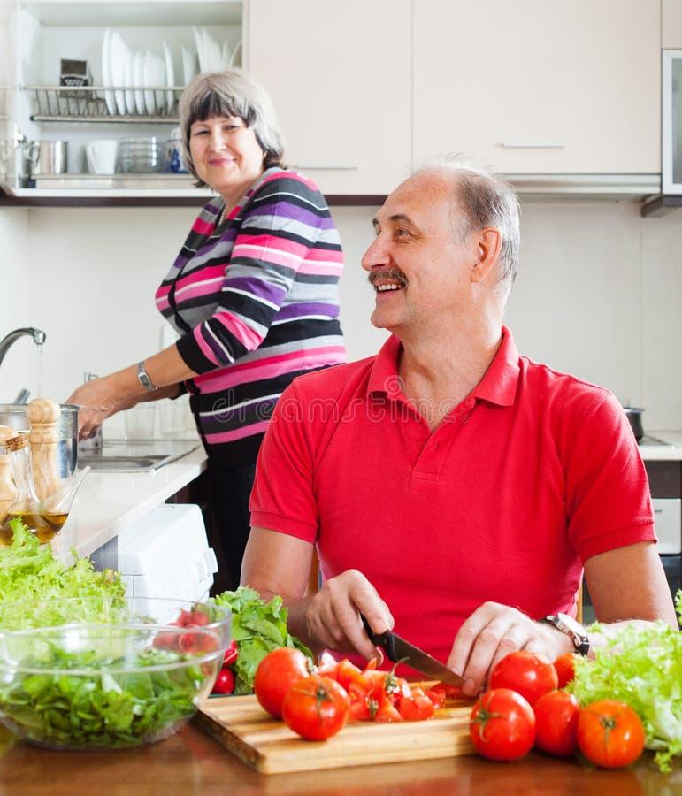 Счастливые старшие пары делая работы по дому стоковые фотографии rf