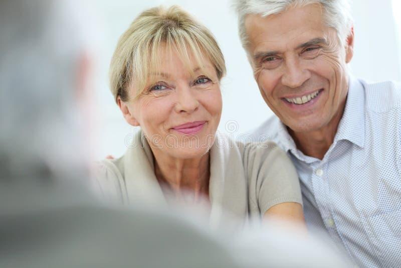 Счастливые старшие пары на терапии стоковые фото