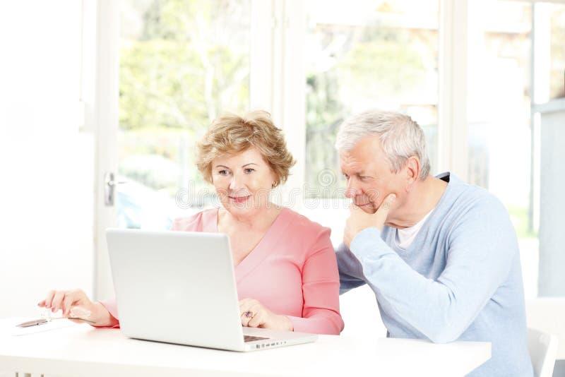 Счастливые старшие пары стоковое изображение rf