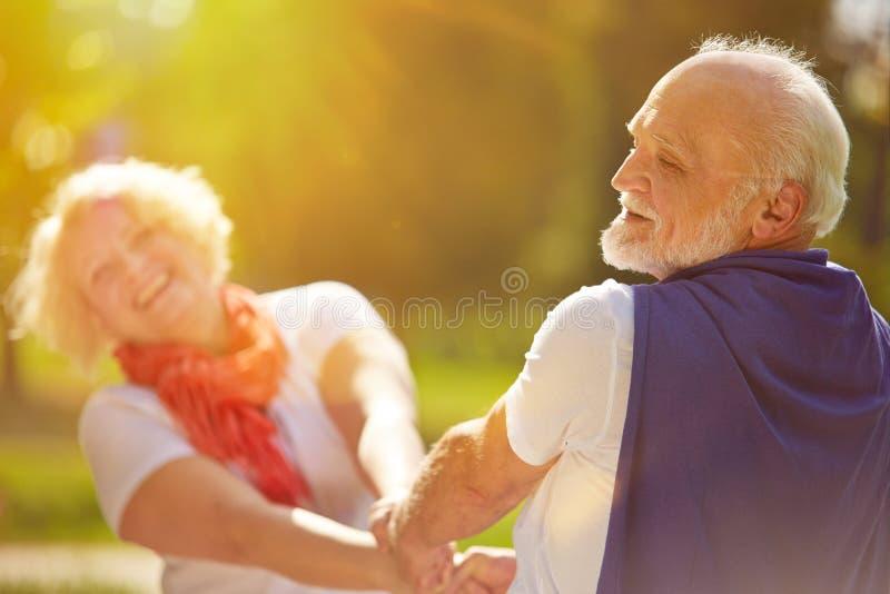Счастливые старшие танцы пар в солнце стоковое фото rf
