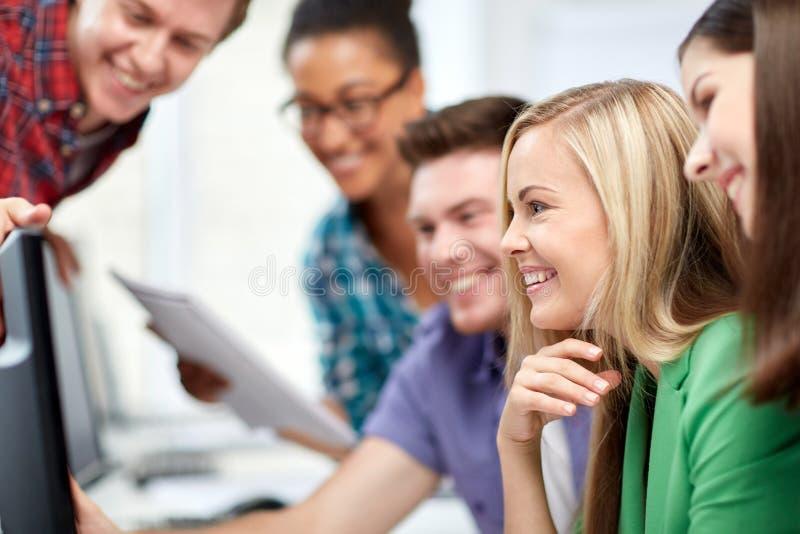 Счастливые студенты средней школы в классе компьютера стоковые фотографии rf