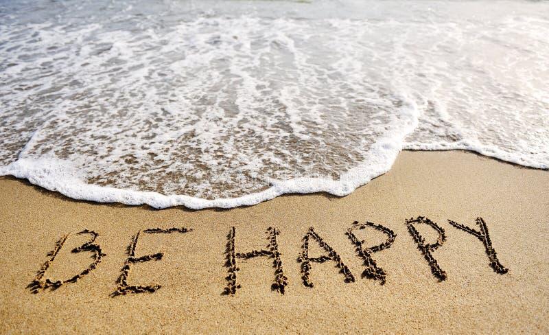 Счастливые слова написанные на концепции пляжа песк-положительной думая стоковые фотографии rf