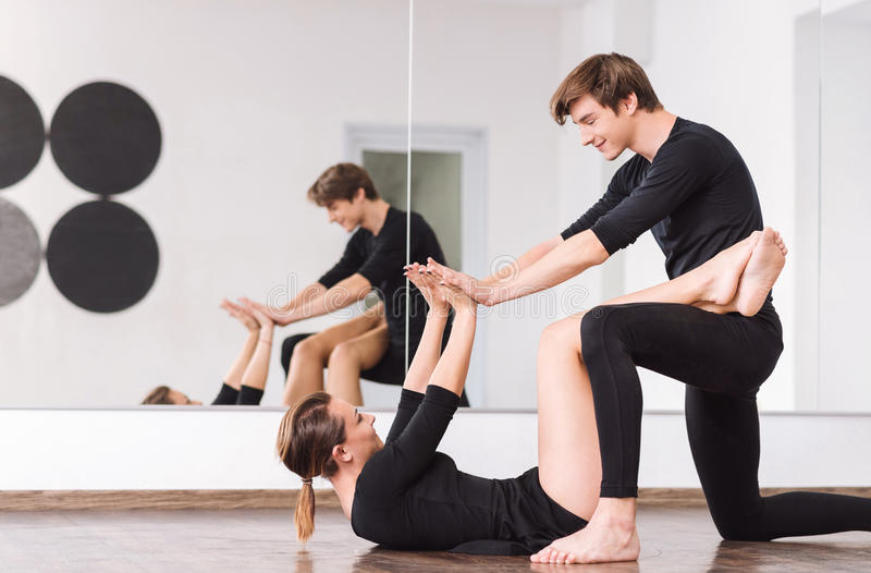 Счастливые умелые танцоры смотря один другого стоковые фотографии rf
