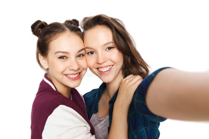 Счастливые усмехаясь милые девочка-подростки принимая selfie стоковая фотография rf