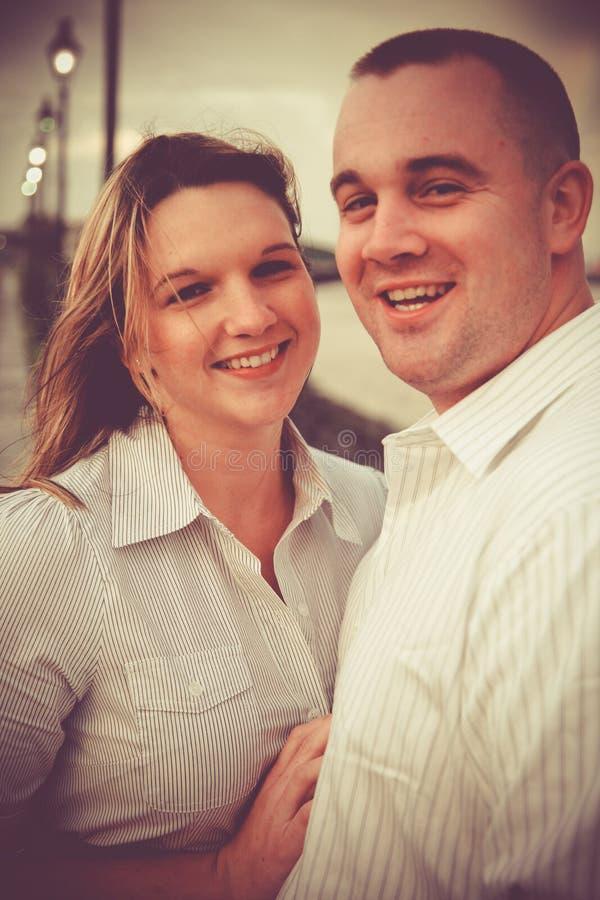 Счастливые усмехаясь человек и женщина стоковое изображение rf