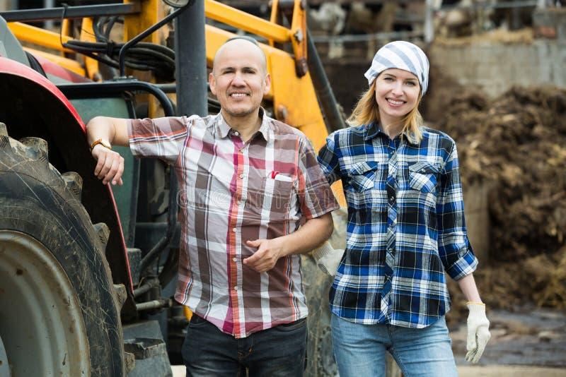 Download Счастливые фермеры работая на машинном оборудовании Стоковое Изображение - изображение насчитывающей оборудование, операторы: 81801901