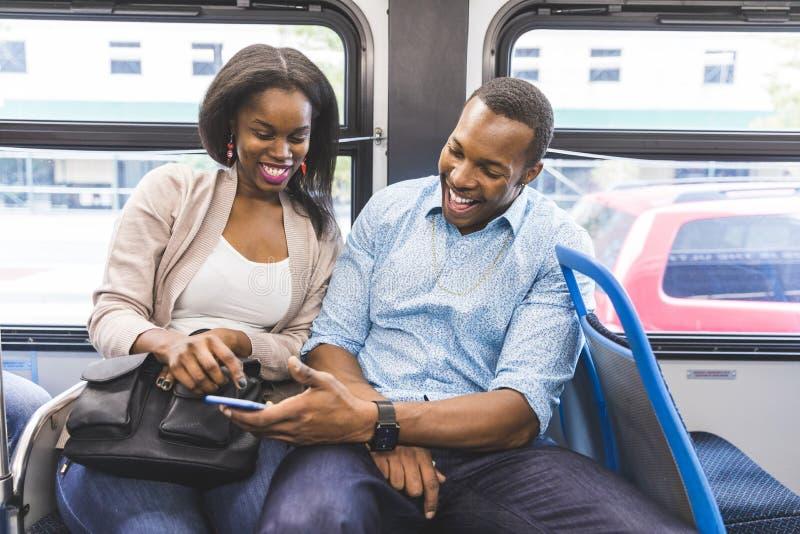 Счастливые черные пары путешествуя шиной в Чикаго стоковые фото