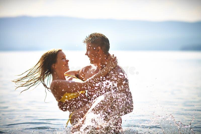 счастливые любовники стоковое изображение rf