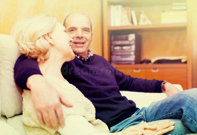 Счастливые любящие зрелые пары говоря совместно стоковые фотографии rf