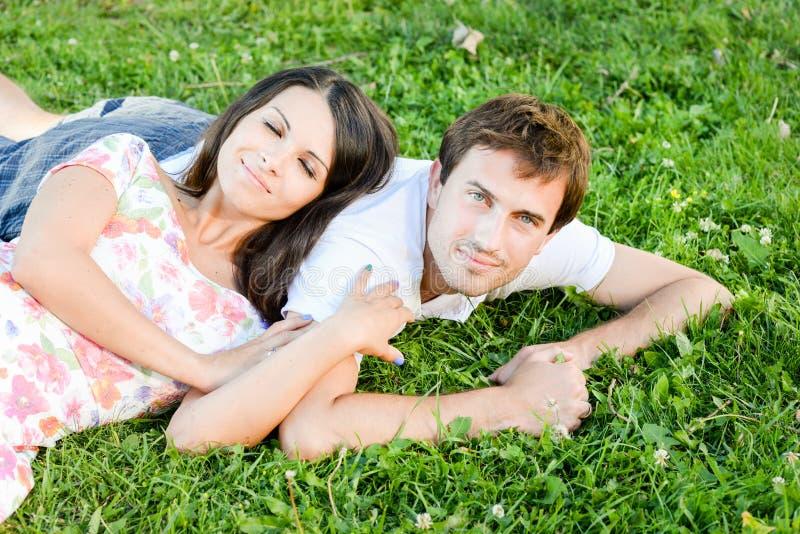 Счастливые любящие молодые пары outdoors стоковые изображения rf
