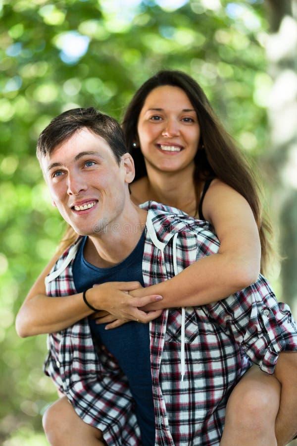 Счастливые любящие пары обнимая в парке стоковое фото