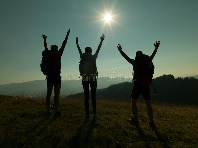 Счастливые люди на горе стоковое изображение rf