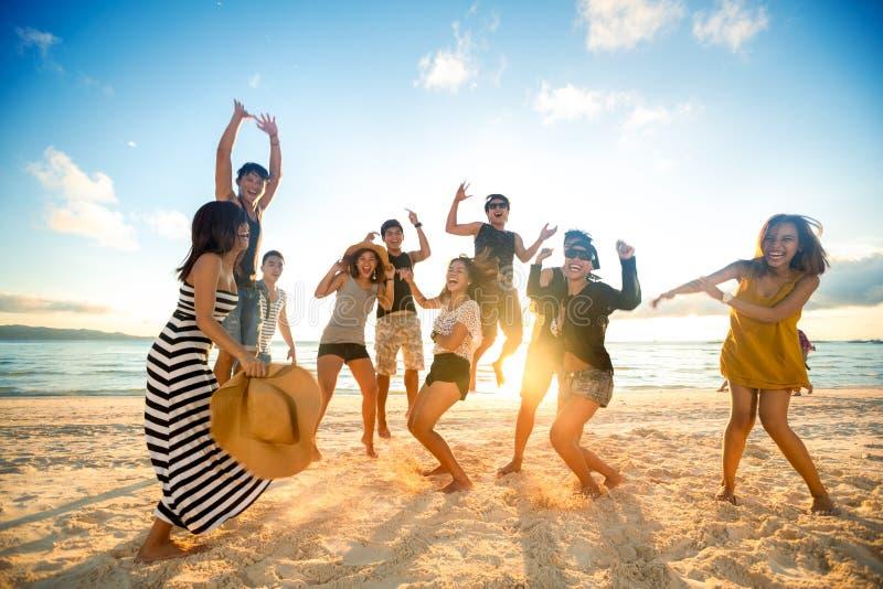 Счастливые люди на пляже стоковые изображения rf