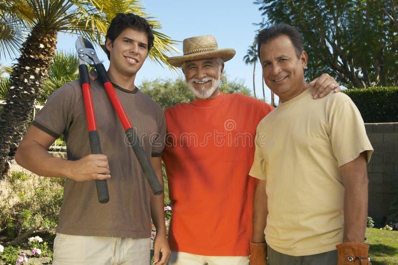 Счастливые люди стоя в саде стоковое фото rf