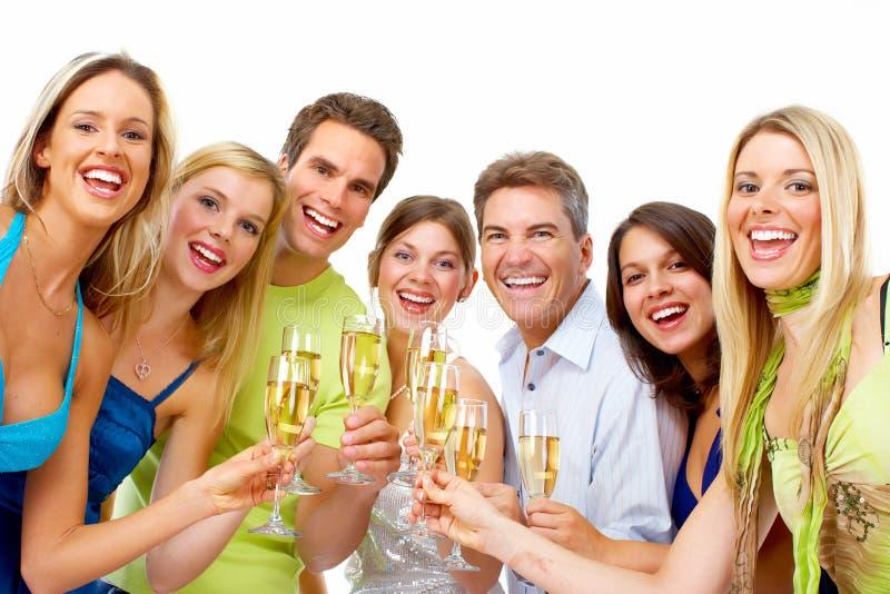 Счастливые люди с стеклами шампанского. стоковые изображения rf
