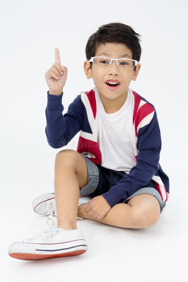 Счастливый азиатский милый мальчик с стороной сюрприза стоковое изображение