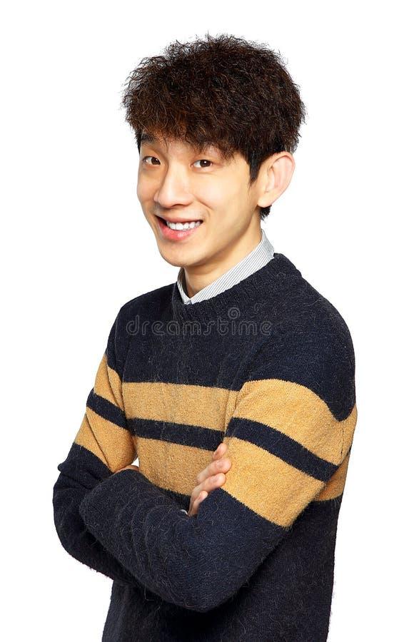 Счастливый азиатский человек при сложенные оружия стоковые изображения