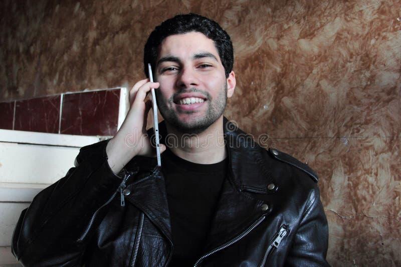 Счастливый арабский молодой бизнесмен в куртке стоковые изображения rf