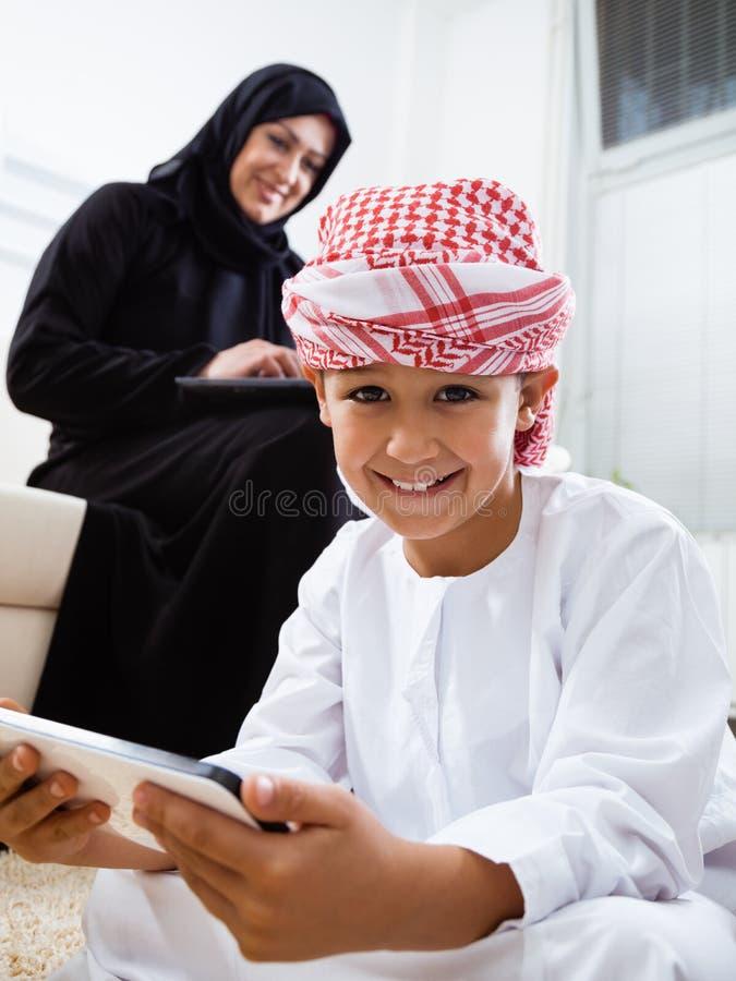 Счастливый арабский ребенок дома с его матерью стоковое изображение rf