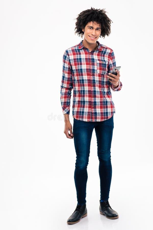 Счастливый африканский человек держа smartphone стоковое фото rf