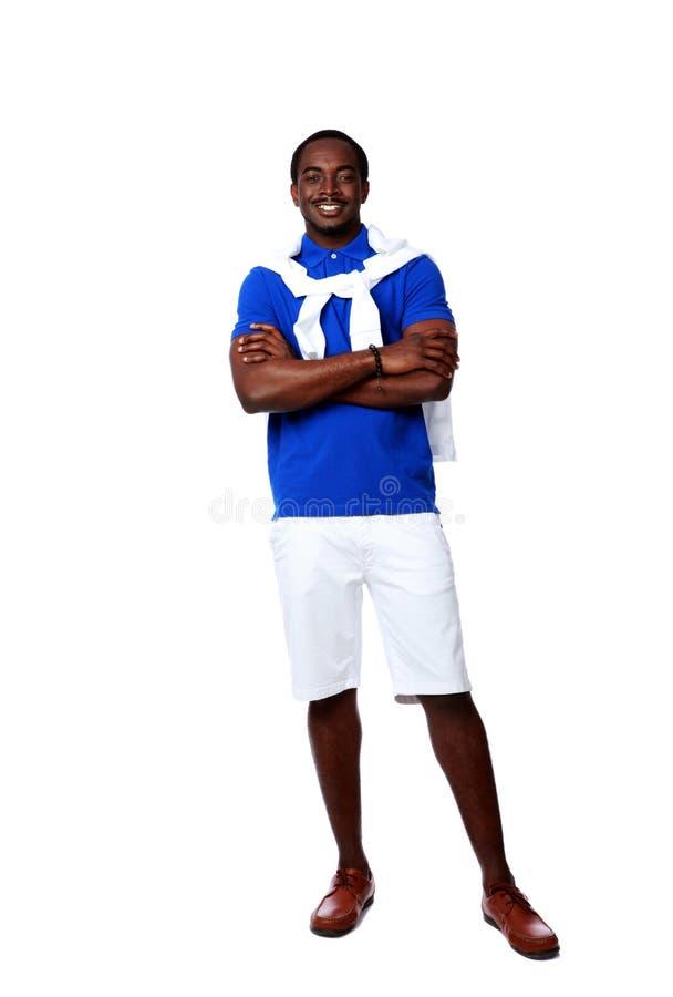 Счастливый африканский человек стоя при сложенные оружия стоковые изображения rf