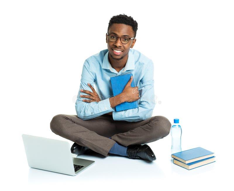 Счастливый Афро-американский студент колледжа с компьтер-книжкой, книгами и bo стоковые фотографии rf
