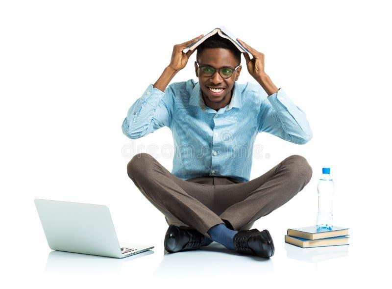Счастливый Афро-американский студент колледжа с компьтер-книжкой стоковое изображение