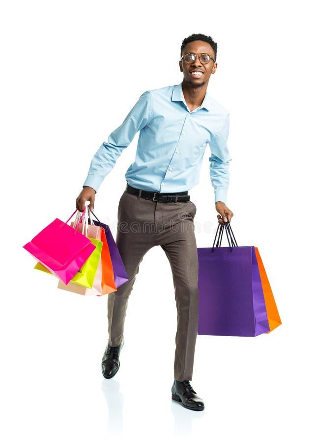 Счастливый Афро-американский человек держа хозяйственные сумки стоковые фотографии rf
