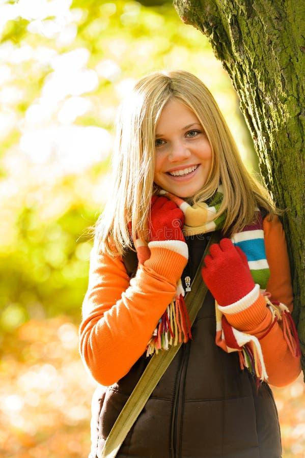 Счастливый белокурый усмехаться леса осени девушки подростка стоковые фотографии rf