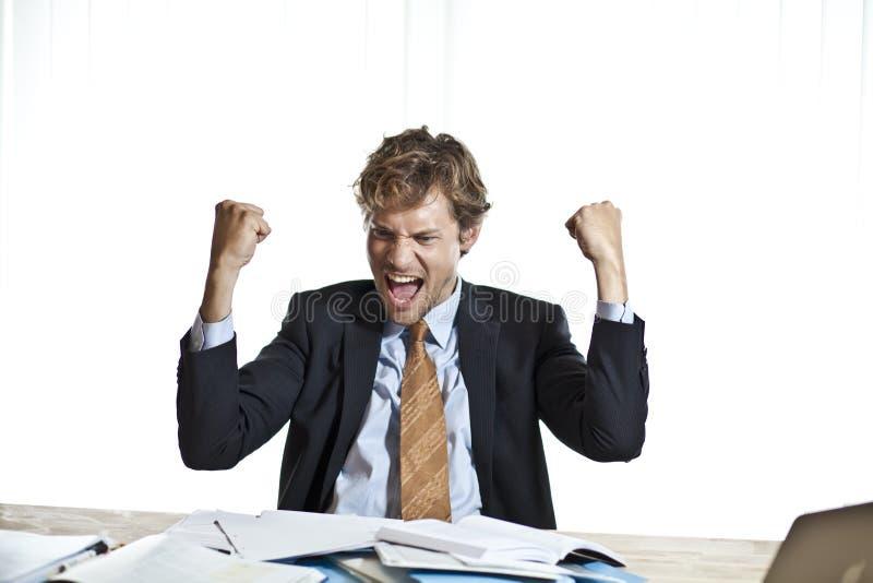Счастливый бизнесмен делая счет стоковые изображения rf