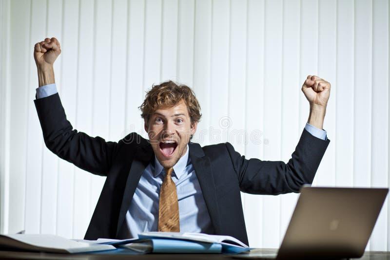 Счастливый бизнесмен делая счет стоковая фотография rf