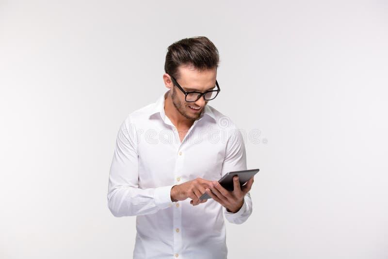 Счастливый бизнесмен используя планшет стоковые фото