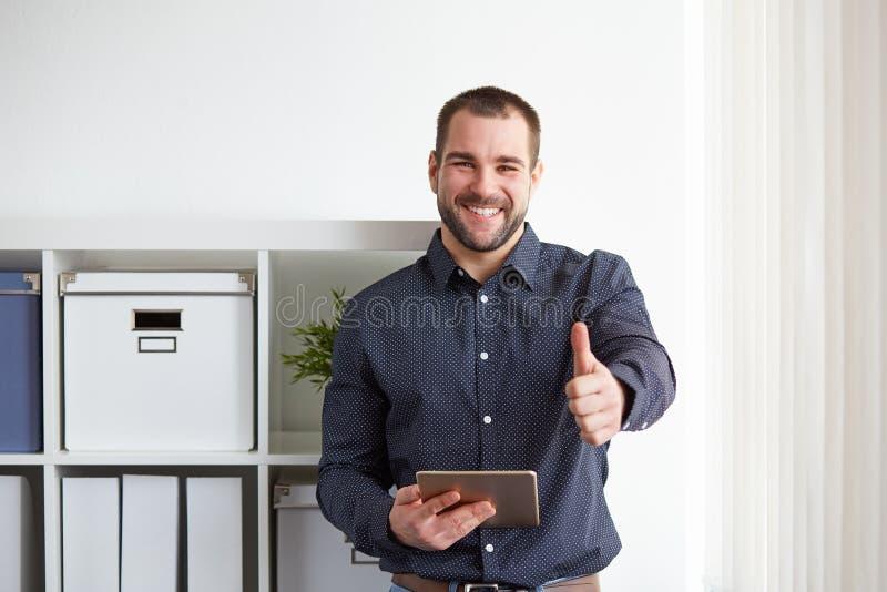 Счастливый бизнесмен с цифровой таблеткой стоковая фотография