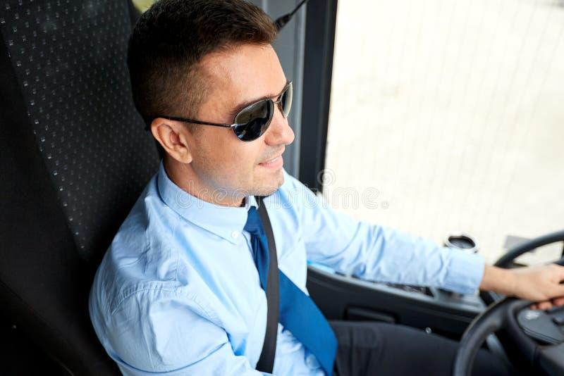 Счастливый водитель управляя междугородной шиной стоковое изображение rf